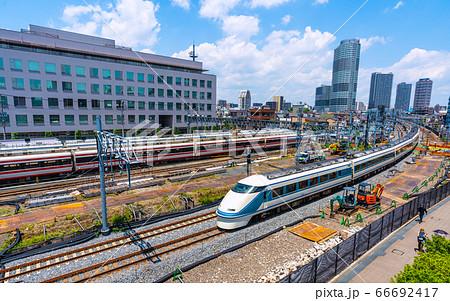 日本の東京都市景観 イーストコア曳舟二番館などを望む(電車揃い踏み) 66692417