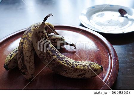 熟れたバナナとパンくずの残った皿 66692638