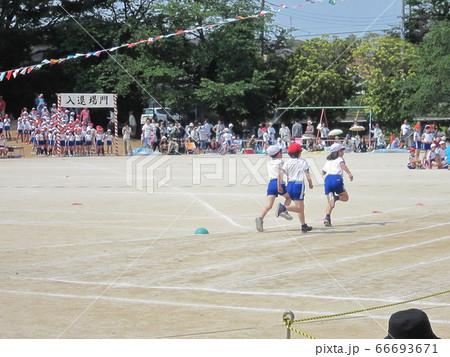 運動会の徒競走 小学校のグランド 66693671