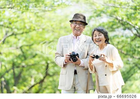 シニア夫婦 旅行 カメラ カップル 66695026