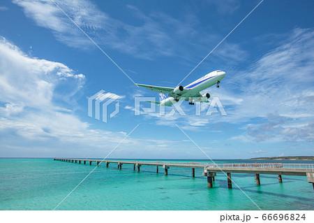 南海離島のエメラルドグリーンの海岸から着陸する飛行機 66696824
