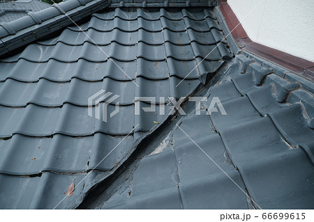 瓦が使われる懐かしい古民家の屋根 66699615