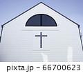白い壁面の教会 66700623