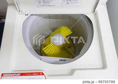 コインランドリーのシューズ洗濯機 66703789
