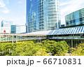 緑の多いオフィス街の風景 66710831