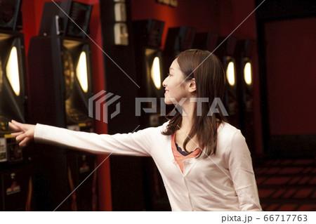 ダーツをする女性 66717763