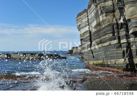 日本海の打ち寄せる波を受けながらそびえたつ豪快な須佐ホルンフェルス 66718598