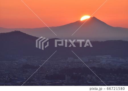 大小山山頂付近から見た筑波山から登る太陽 66721580