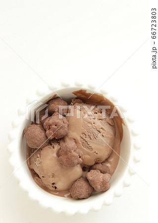 チョコレートアイスとポップコーン 66723803