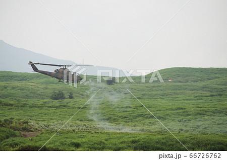20mm機関砲を射撃する戦闘ヘリ(AH-1S コブラ) 66726762