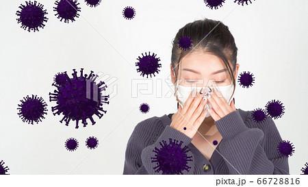 咳き込む女性と浮遊するウイルスのイメージ 66728816