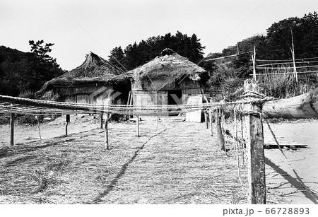 昭和49年当時 能登半島北部海浜に並ぶ船小屋と海藻干場 66728893