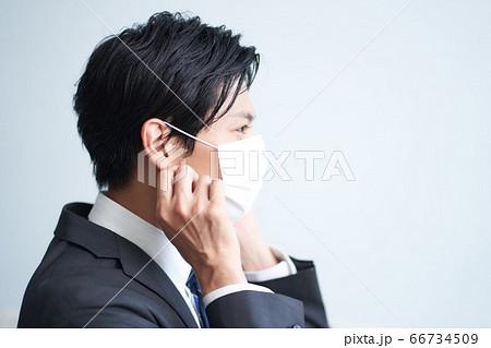 マスクをつけるビジネスマンの横顔 66734509