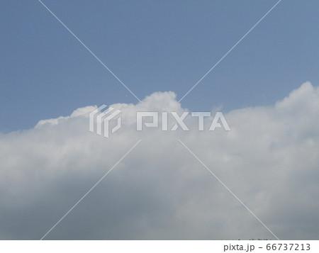 夏の白いr雲と青い空 66737213