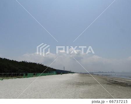 夏の白い砂浜と白いr雲と青い空 66737215
