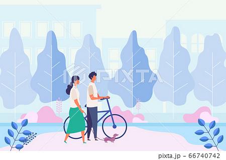 都市の公園、歩道で夏の休日を過ごすカップル 66740742