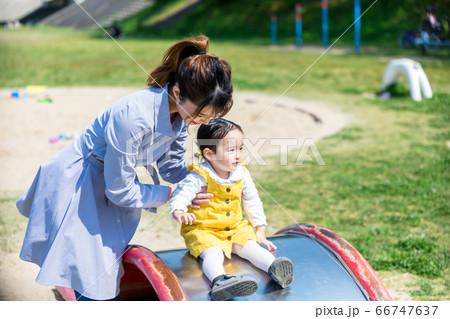 公園の滑り台で遊ぶ幼児とお母さん 66747637