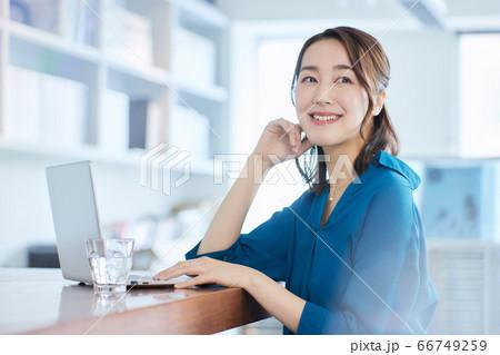 ビジネスウーマン   オフィス 66749259