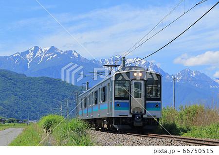 大糸線 初夏の北アルプス山麓を行く午後の普通列車 66750515