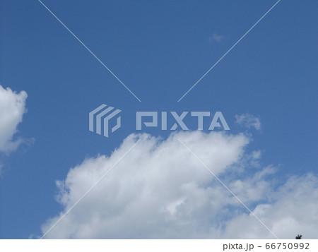 5月の青い空と白い雲 66750992