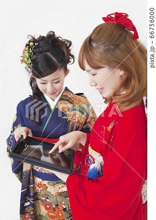 タブレットPCを見る振袖姿の女性 66756000
