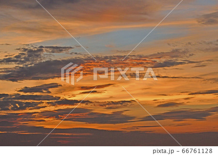 日没後にオレンジ色に染まった夕焼け空 66761128