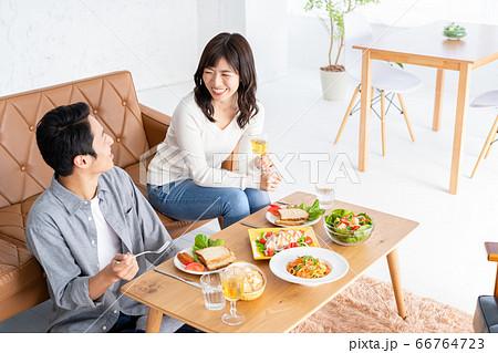 夫婦 家族 カップル リビング ライフスタイル 66764723