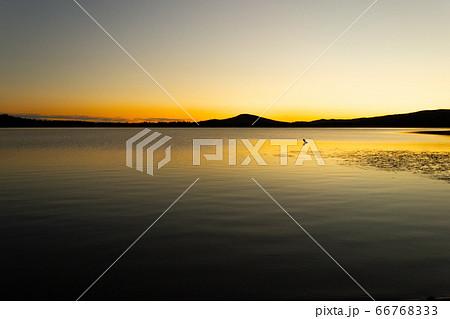 アラスカ、夕焼けと湖のシルエット 66768333