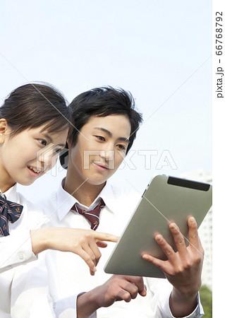 タブレットPCを見る高校生カップル 66768792