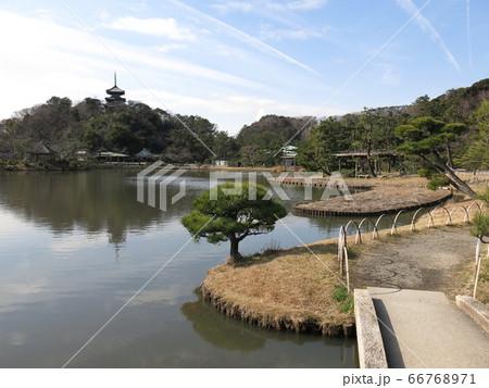 横浜市の三溪園(大池・旧燈明寺三重塔) 66768971