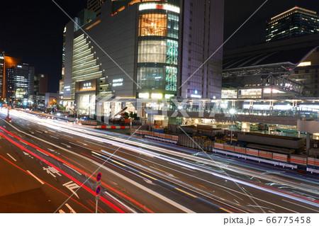 JR大阪駅・サウスゲートビルディングと車の光跡 66775458