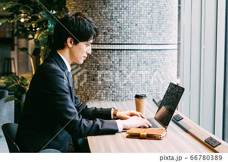 コワーキングスペースで働くビジネスマン 66780389