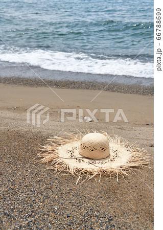 北海道乙部町滝瀬海岸で砂浜にストローハットがある夏のイメージの風景を撮影 66788699