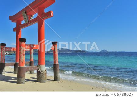 山口県周防大島にある、美しい海に建てられた厳島神社の赤い鳥居 66789027