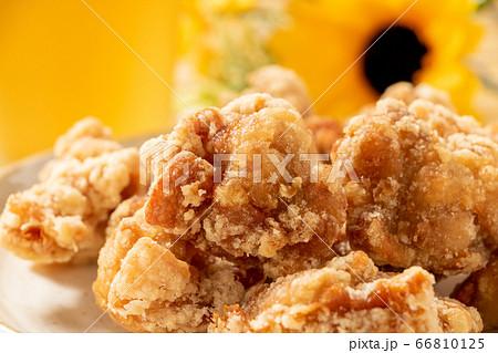若鶏もも肉の唐揚げ(竜田揚げ)。写真奥にビールと向日葵(ひまわり)。 66810125