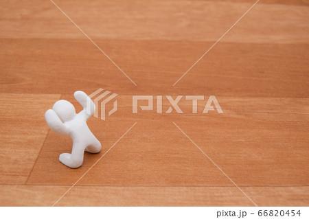 ひざまづいて喜ぶ人 粘土立体人形 66820454