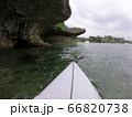 沖縄の海でサーフィン 66820738
