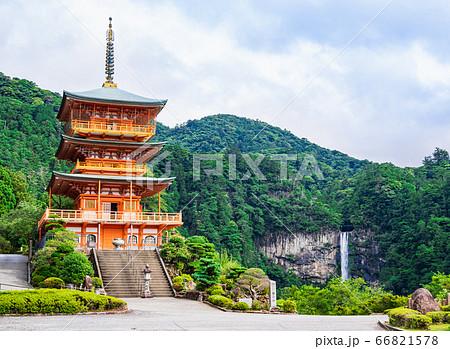 日本を象徴する絶景イメージ 那智の滝と三重塔 66821578