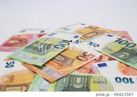 散らばるユーロ札 66822087