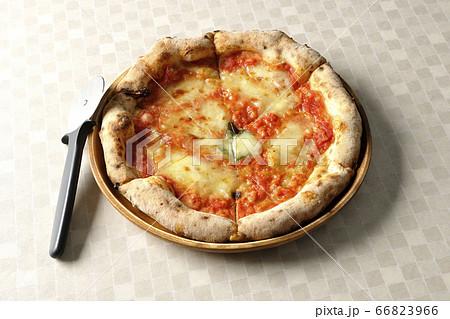 ナポリピッツァの一つの焼き立てマルゲリータとピザカッター 66823966