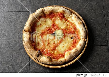 木皿の上に置かれたナポリピッツァの一つのマルゲリータを俯瞰で撮影 66824049