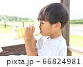 水分補給 水筒から飲み物を飲む子供 66824981