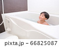お風呂に入る男の子 66825087