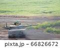 砲台を旋回させ走行中に射撃体勢をとる90式戦車 66826672