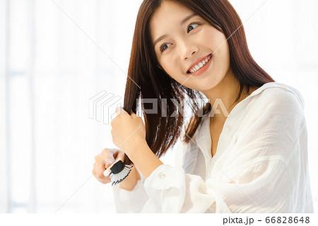 ヘアケアをする若い女性 66828648