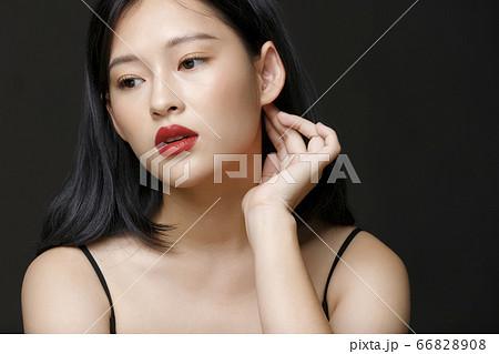 黒背景の女性ビューティーポートレート 66828908