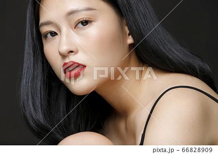 黒背景の女性ビューティーポートレート 66828909