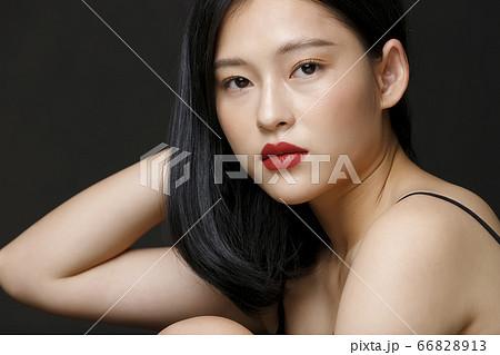 黒背景の女性ビューティーポートレート 66828913