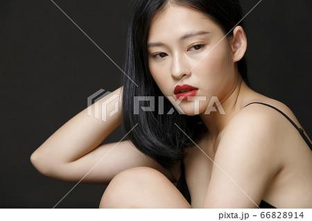 黒背景の女性ビューティーポートレート 66828914
