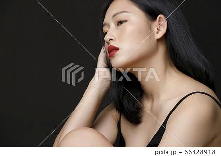 黒背景の女性ビューティーポートレート 66828918